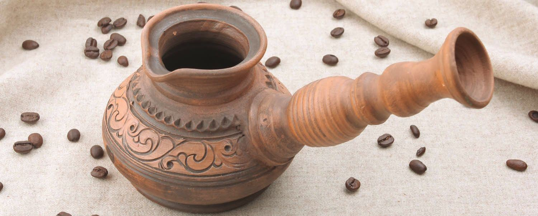 турка из глины с красивым орнаментом для варки кофе